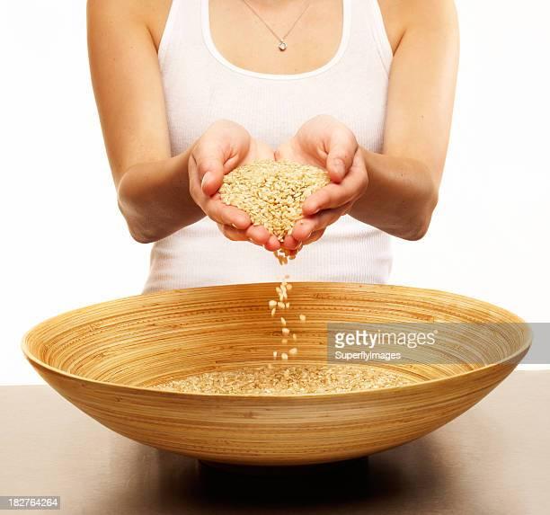 Donna con semi su un piatto. Isolato.