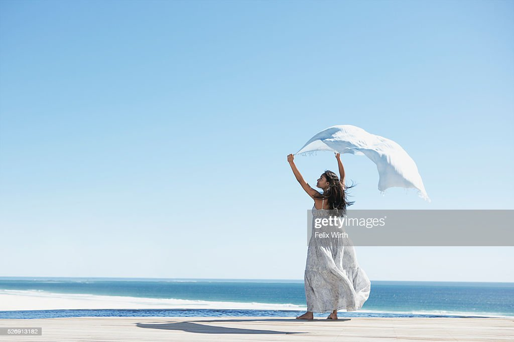 Woman holding shawl in wind : Stockfoto
