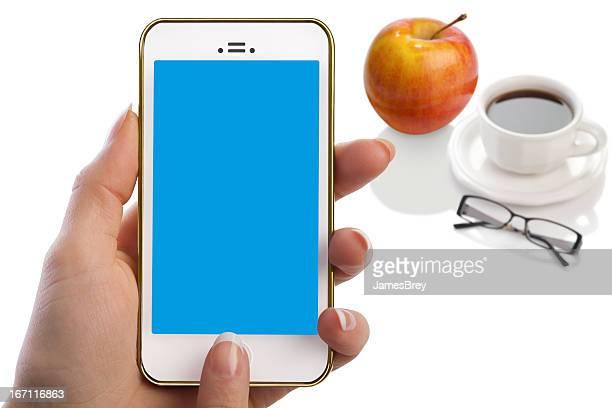 Frau hält Smartphone, leere blaue Bildschirm, Kaffee, Obst