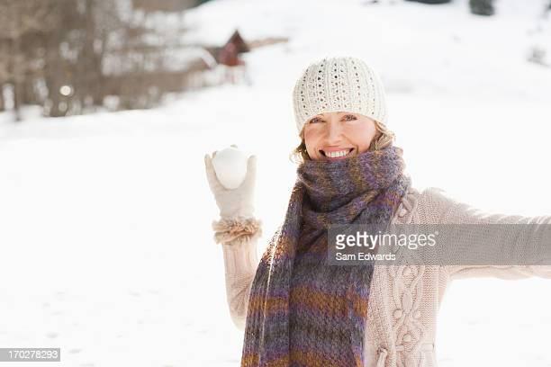 Femme tenant Boule de neige