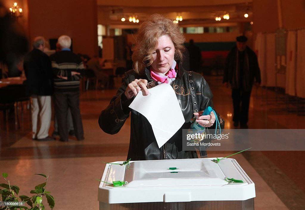 A woman holds a ballot paper at a polling station for the mayoral elections on September 08, 2013 in Moscow, Russia. Opposition leader Alexey Navalny, one of Putin's most vocal critics is a candidate for mayor in Moscow.