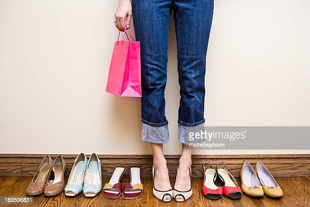 Donna tiene shopping bag con molte scarpe con scarpa Addiction