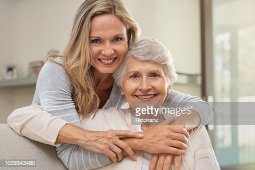 Madre abrazando mujer con amor : Foto de stock