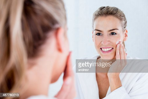 Femme hydratant la peau