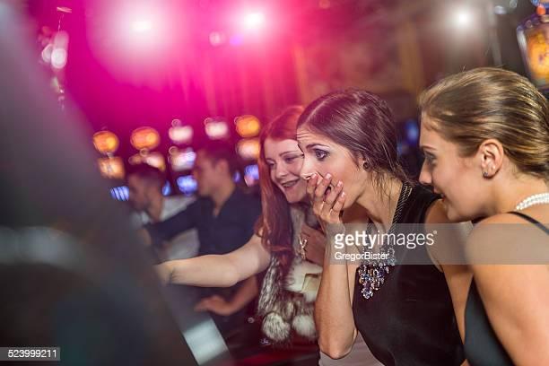 Femme dans un casino primé de machine à sous