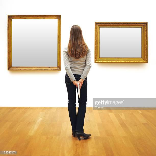 Frau in einer Galerie (clipping path