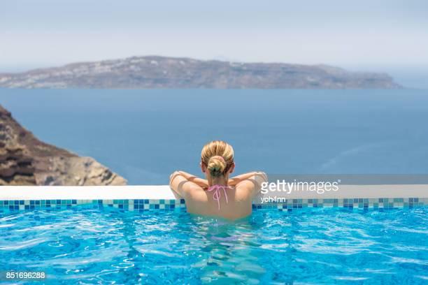 Femme dans une piscine à débordement au spa de l'hôtel