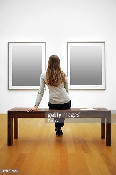 Femme dans un musée (Tracé de détourage