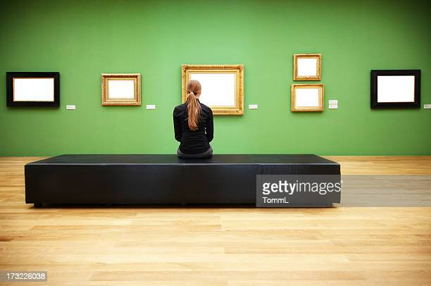 Frau in einem museum (clipping path