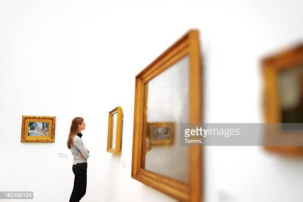 Frau in einem museum