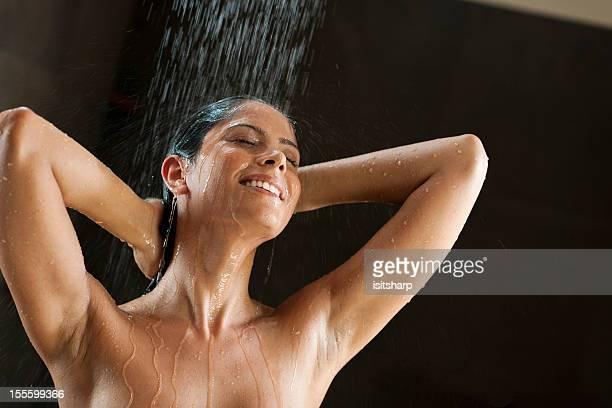 Femme dans la douche