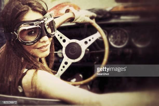 Donna in un auto d'epoca