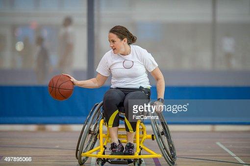 A Woman Playing Basketball Imágenes De Stock A Woman: Mujer Jugando Al Baloncesto En Una Silla De Ruedas Foto De