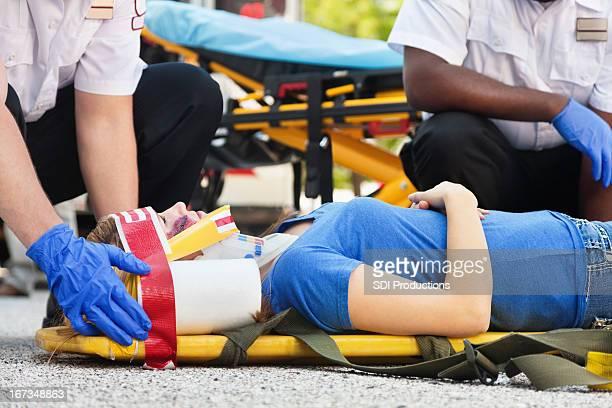 Femme dans une ambulance civière d'être traités par medics