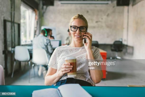 Frau in einem offenen Raum-Büro