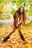 Femme dans un paysage d'automne