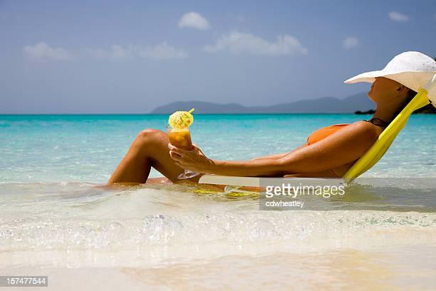 Frau im bikini bei einem cocktail zu entspannen