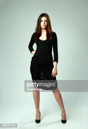 Mujer en vestido negro de pie : Foto de stock