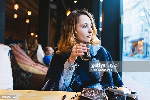 Donna in Café