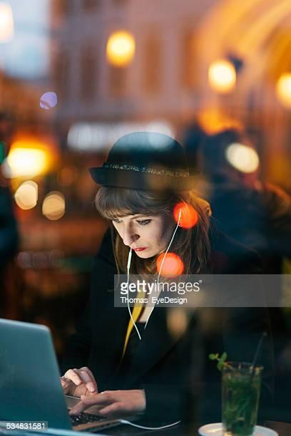 Femme au café à l'aide de la technologie