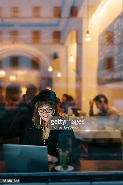 Frau im Café mit kostenlosem W-LAN