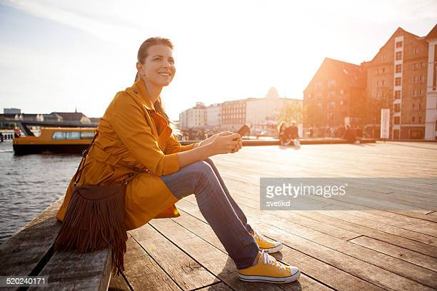 Mujer en la ciudad enjoyng sol.