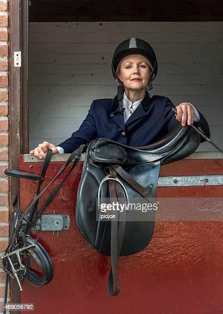 Femme chevauchant un cheval tenue classique, sport équestre-dressage équestre