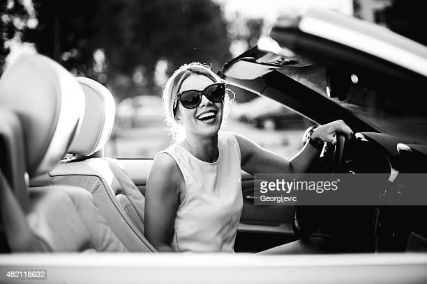 Femme dans une voiture décapotable