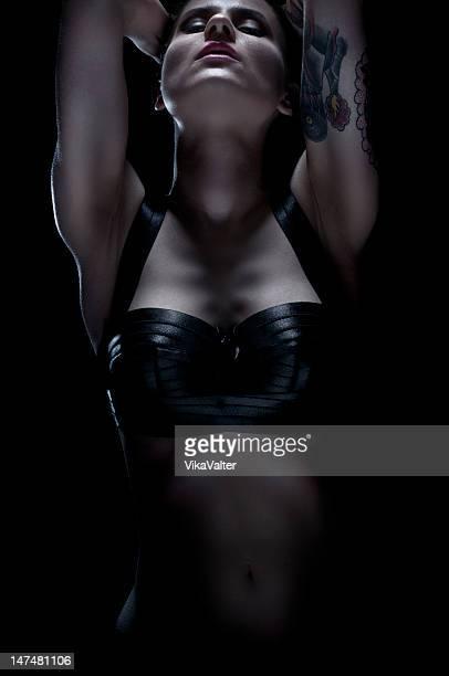 Frau in darkness