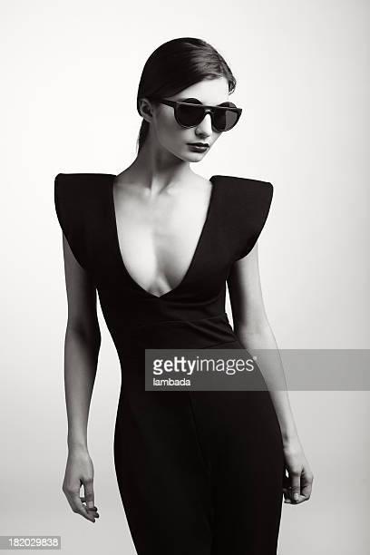 Mujer en ropa de moda elegante
