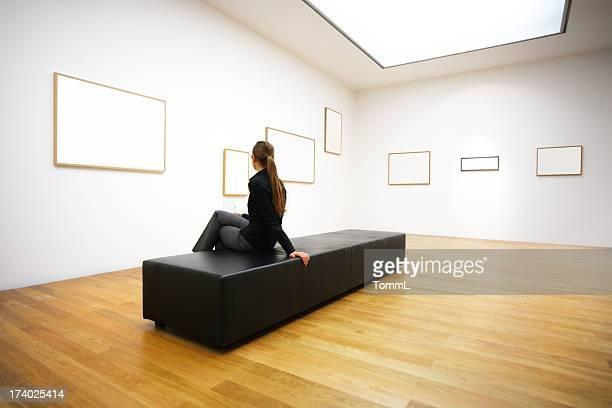 Frau in gallery