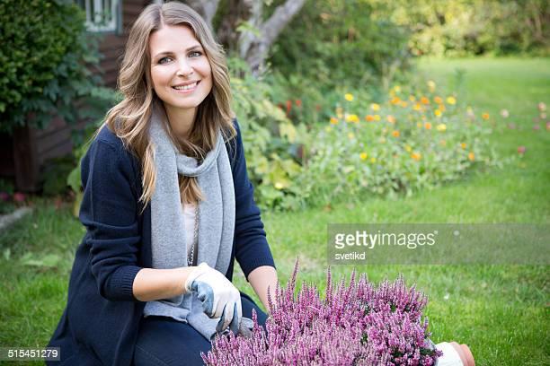 Frau im Garten.