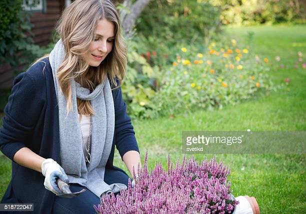 Donna in giardino.