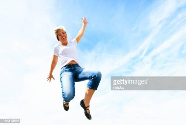 in den 50er Jahren Frau springt hoch in den Himmel
