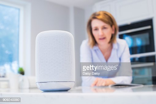 Frau In der Küche Digital Assistent Frage : Stock-Foto