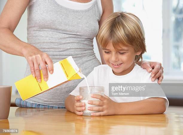 Frau in der Küche richtig junge Glas Milch