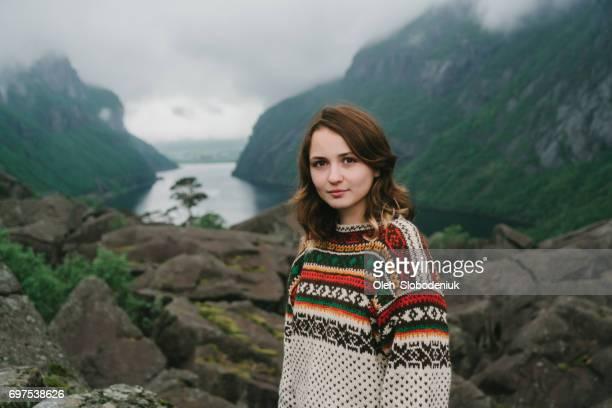 Femme en due forme pull près du lac en Norvège