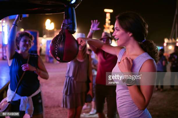 Frau im Lunapark testen ihre Stärke