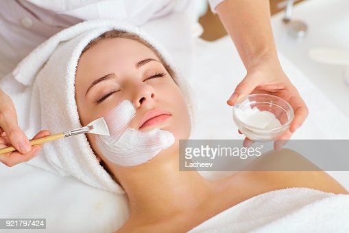 Frau mit Maske auf Gesicht in Spa-Beauty-salon : Stock-Foto