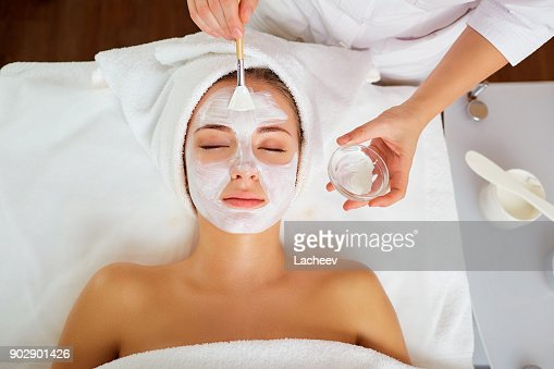 Femme en masque sur le visage en salon spa : Photo