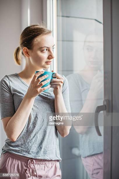 Donna in pigiama godersi la mattina