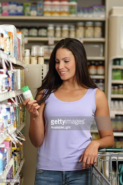 Donna in farmacia di pillole verticale look