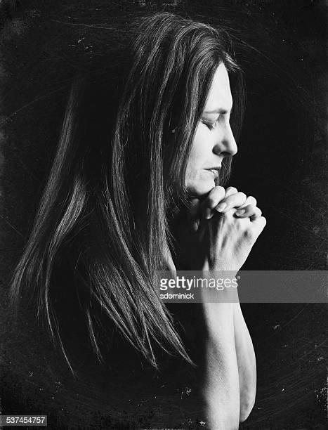 Mulher em Oração em preto e branco