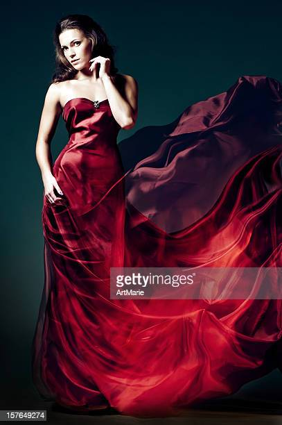 Femme en robe rouge feu