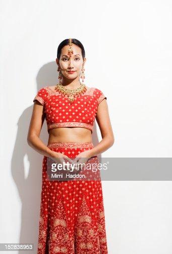 Woman in Sari and Indian Wedding Jewelry : Stockfoto
