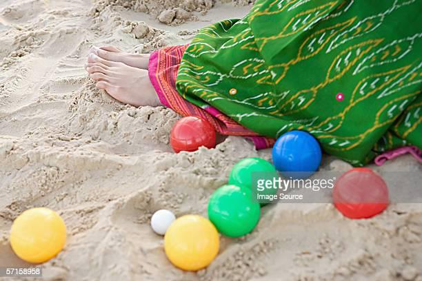 Femme en sari et de pétanque