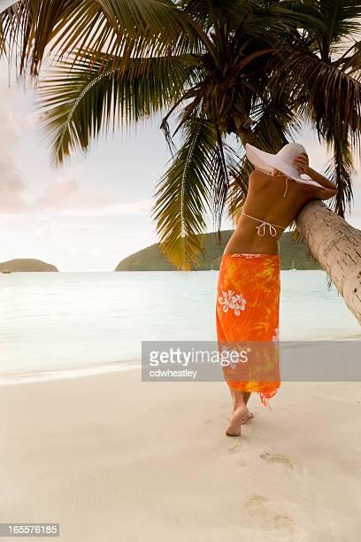 Frau in sarong und Hut Genießen Sie die Schönheit der Karibik