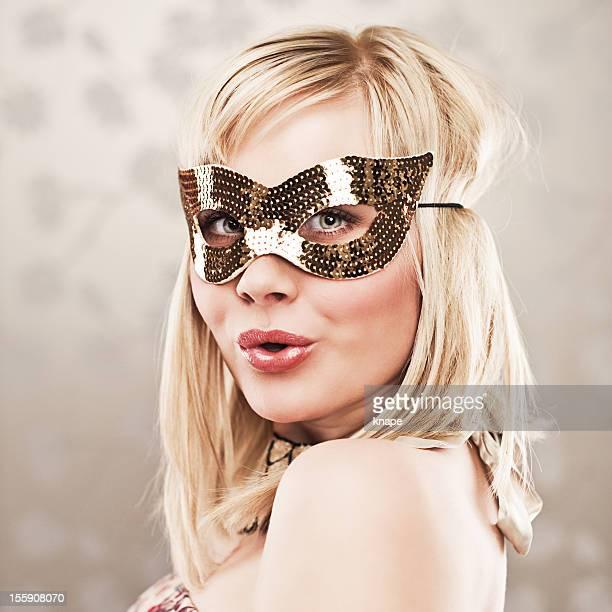 Mujer en un disfraz de lentejuelas