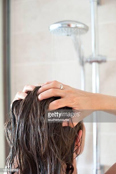 Donna in doccia, lavaggio i capelli