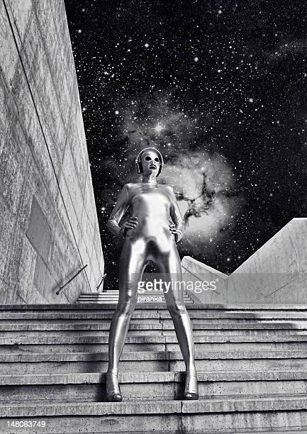 Donna in tuta in argento